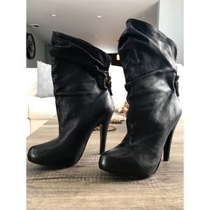 Report Signature - Howell black booties size 8.5